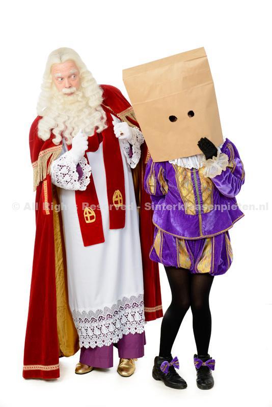 Sinterklaas zonder mijter naast Piet(met een zak over hoofd)