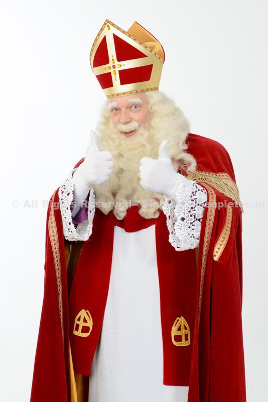 Sinterklaas met beide duimen in de lucht